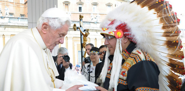 POPE BENEDICT ACCEPTS GIFT FROM CANADIAN GRAND CHIEF DURING WEEKLY AUDIENCE AT VATICAN