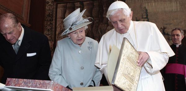 BRITAIN'S QUEEN ELIZABETH AND POPE BENEDICT EXCHANGE GIFTS