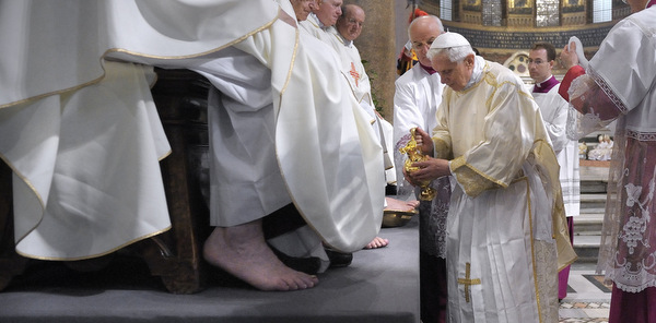 POPE WASHES FOOT OF PRIEST DURING HOLY THURSDAY MASS IN ROME