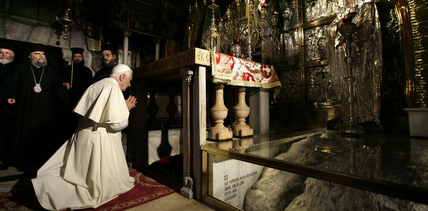POPE PRAYS AT SITE MARKING PLACE WHERE JESUS WAS CRUCIFIED