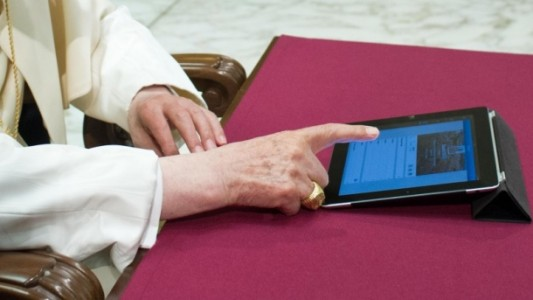 pope tweeting_crop