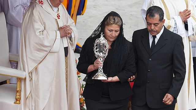 Woman involved in miracle for St. John Paul II carries relic at canonization Mass