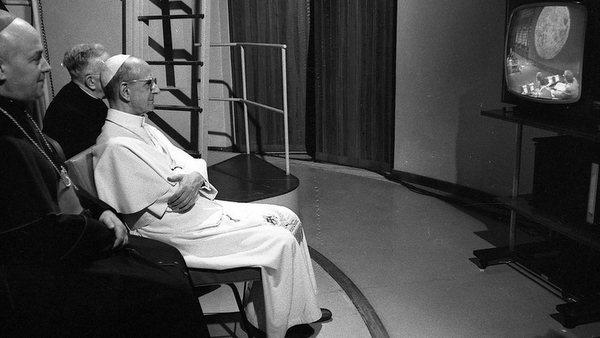 1969 PHOTO OF POPE PAUL VI WATCHING FIRST MOON LANDING