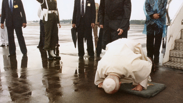 1989 FILE PHOTO OF POPE JOHN PAUL II ARRIVING IN INDONESIA