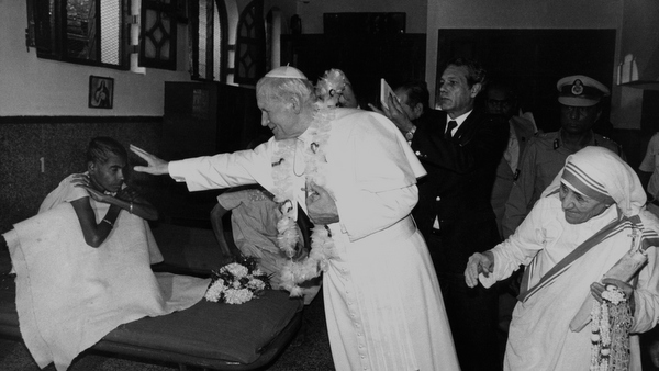 MOTHER TERESA, POPE JOHN PAUL II AT HOME FOR DYING IN 1986