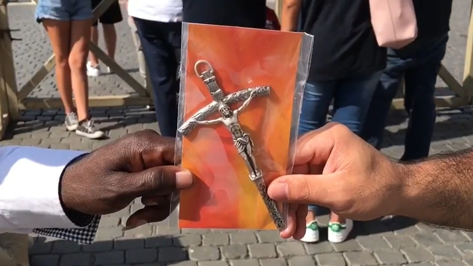 Perspectives Daily: Pope Francis gives out 40,000 crucifixes