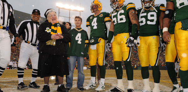 FRANCISCAN NUN JOINS GREEN BAY PACKERS' PLAYERS FOR COIN TOSS