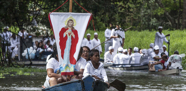 BRAZILIAN PILGRIMS DISPLAY BANNER OF CHRIST AS THEY MAKE THEIR WAY IN ANNUAL RIVER PROCESSION