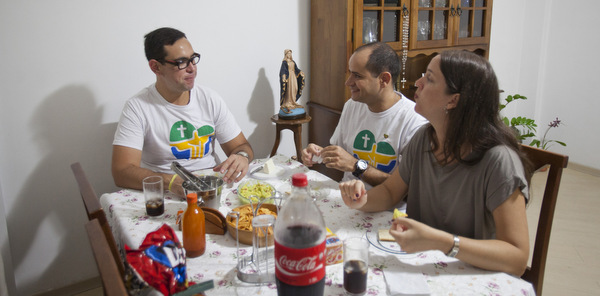 World Youth Day volunteer from Mexico enjoys meal with host family in Rio de Janeiro