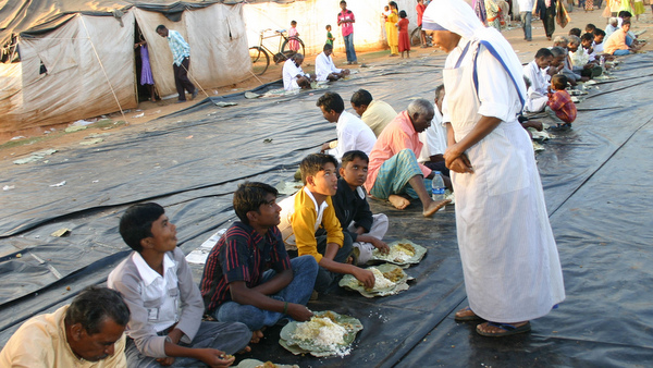 NUN CHATS WITH REFUGEES AT CAMP IN INDIA DURING CHRISTMAS LUNCH