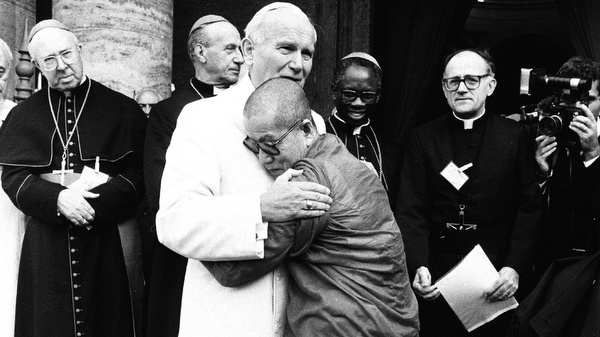 POPE JOHN PAUL II EMBRACED BY CAMBODIAN BUDDHIST MONK MAHA GHOSANANDA DURING 1986 INTERRELIGIOUS ENCOUNTER