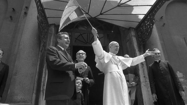 1974 PHOTO OF POPE PAUL VI SIGNALING START OF ITALIAN BIKE RACE