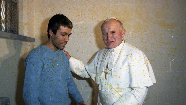 SCAN FROM NEGATIVE OF POPE JOHN PAUL II MEETING WOULD-BE-ASSASSIN