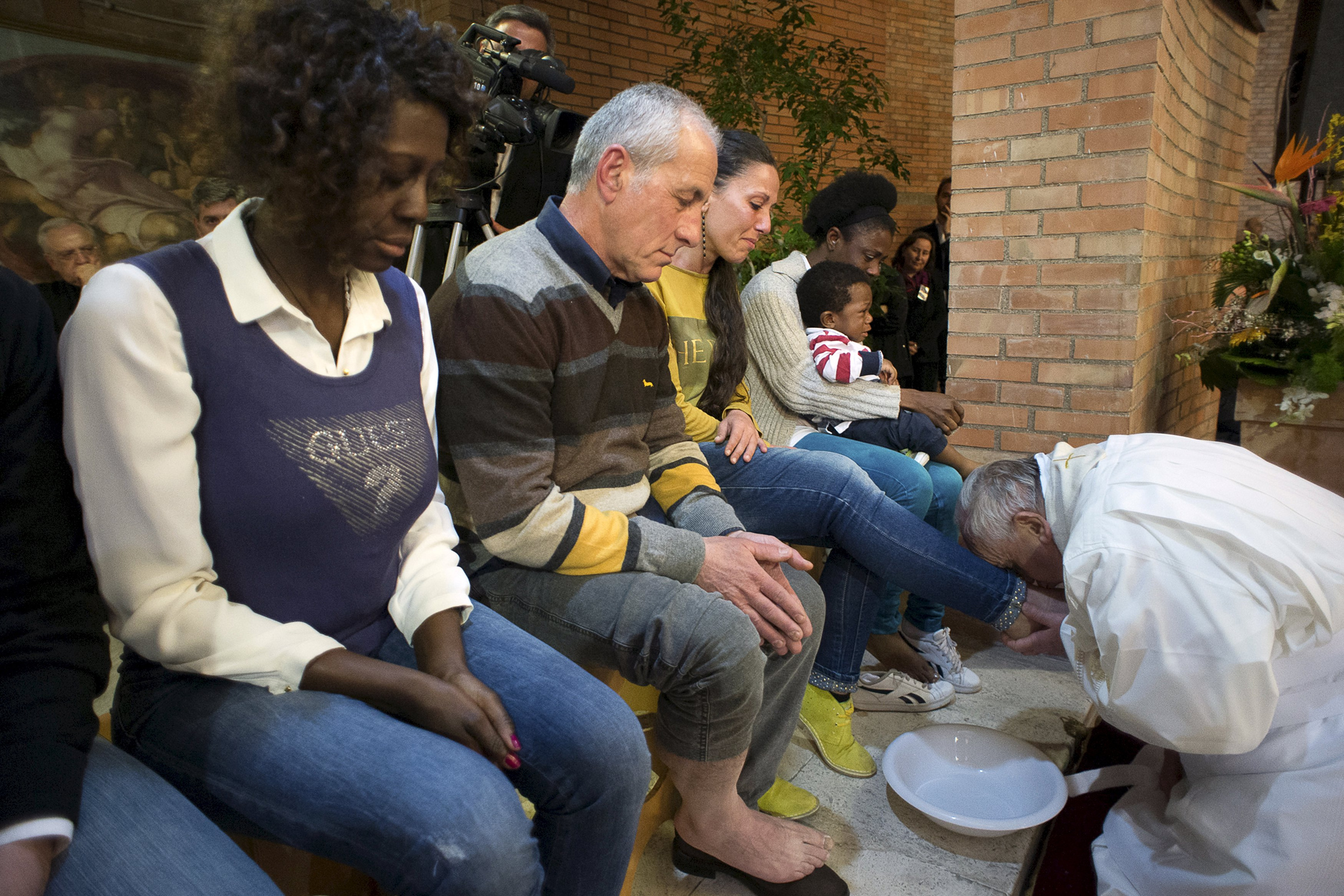 Pope Francis kisses foot of inmate at Rome prison