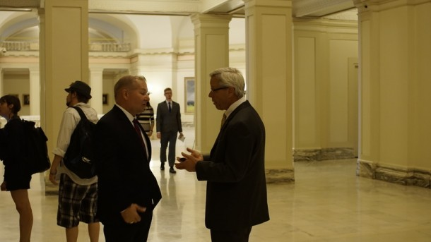 District Attorney David Prater (left) speaks with Glossip's lawyer, Don Knight (right) after press conference.