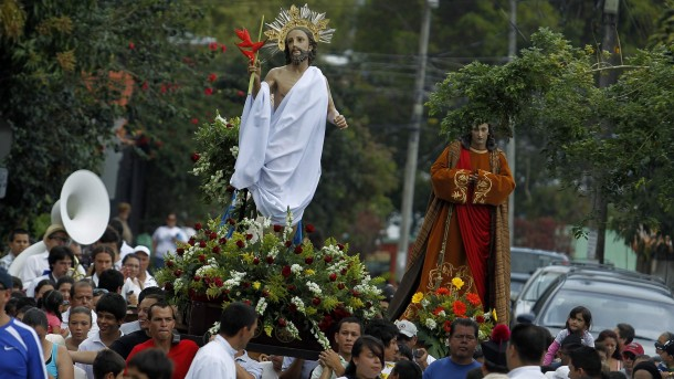 WORSHIPPERS CARRY STATUE OF RISEN CHRIST DURING EASTER PROCESSION IN COSTA RICA