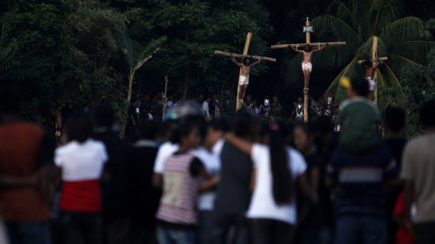 RESIDENTS WATCH RE-ENACTMENT OF CRUCIFIXION IN INDONESIA