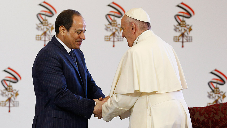 Pope Francis shakes hands with President Abdel-Fattah el-Sissi