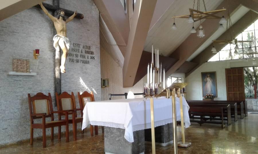 Capilla donde Mons. Romero fue asesinado. El estaba parado detrás del altar justo antes de la preparacion del ofertorio.