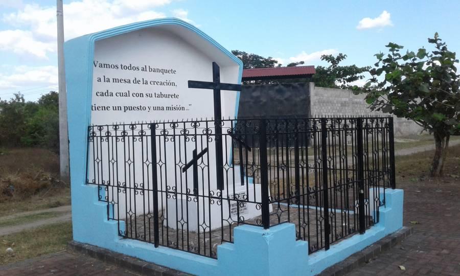 Memorial en el sitio donde el P. Rutilio Grande, SJ, fue asesinado.