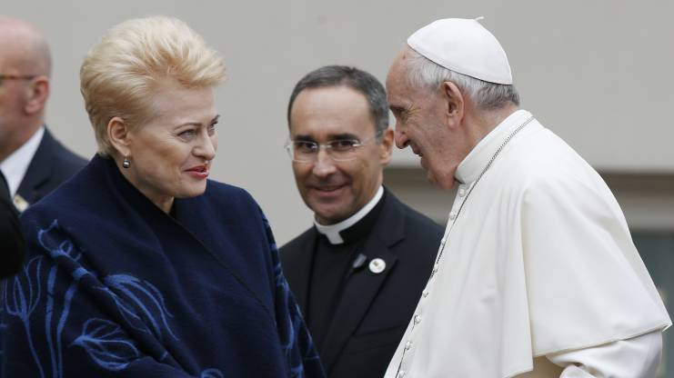 Pope Francis shakes hands with Lithuanian President Dalia Grybauskaite during a meeting with government authorities, local leaders and representatives of the diplomatic corps outside the presidential palace in Vilnius, Lithuania, Sept. 22. (CNS photo/Paul Haring)