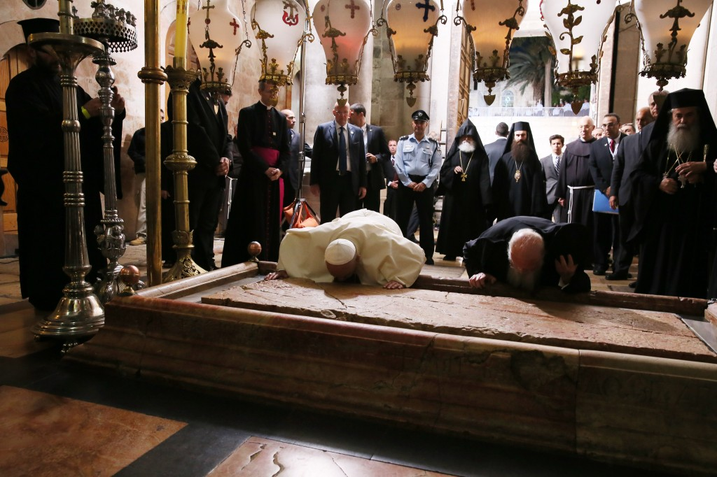 Pope, patriarch kiss Stone of Unction in Jerusalem's Church of the Holy Sepulcher