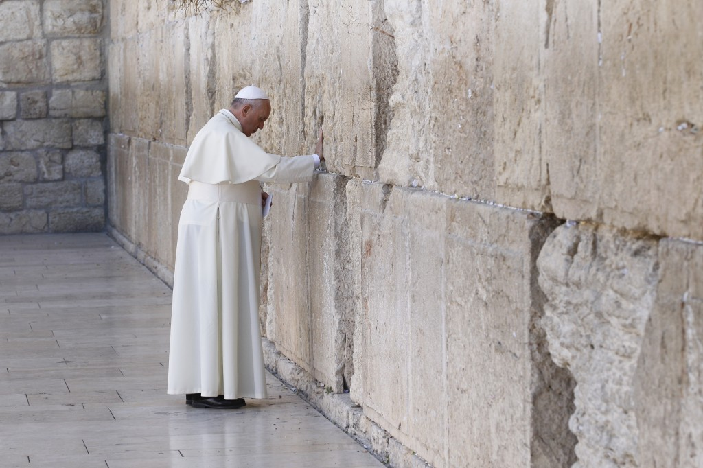 Pope Francis visits Western Wall in Jerusalem