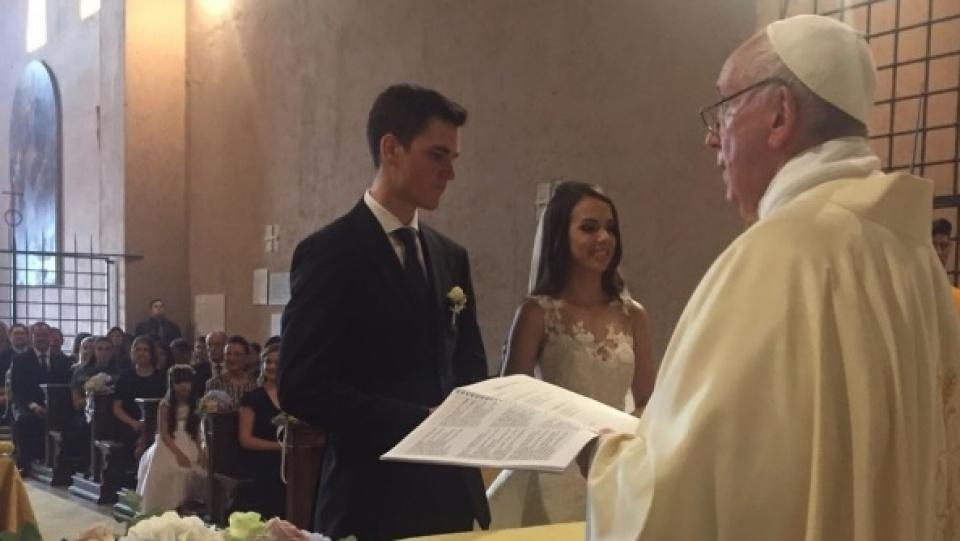 教宗意外出現婚禮並為新人舉行婚配聖事