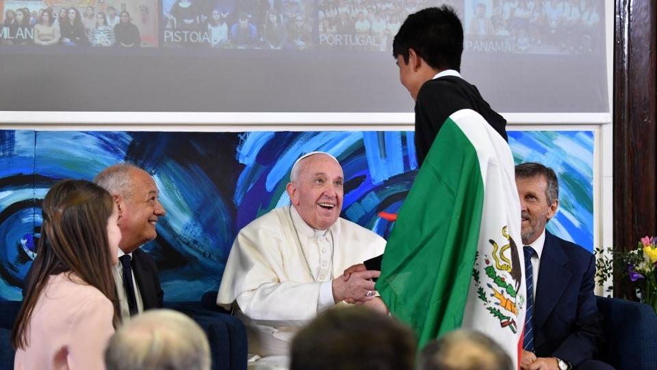 教宗與相遇學校的青年連線