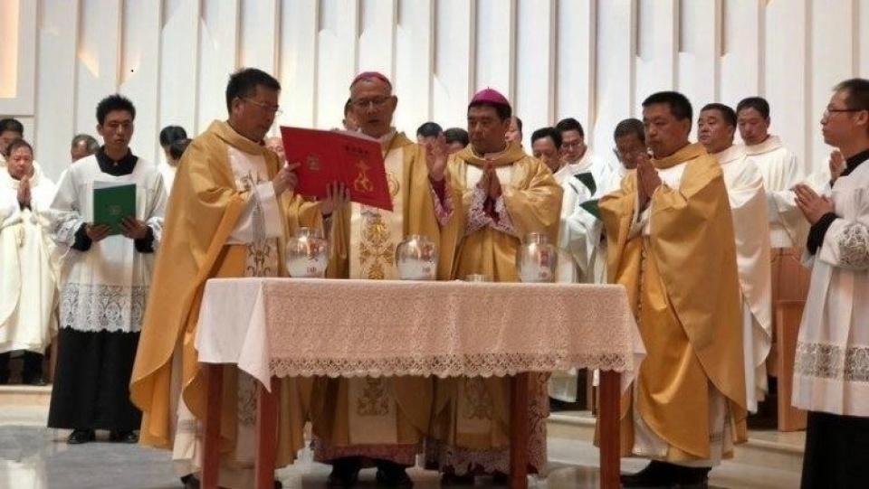 中國閩東教區輔理主教郭希錦與正權主教一同舉行祝聖聖油彌撒