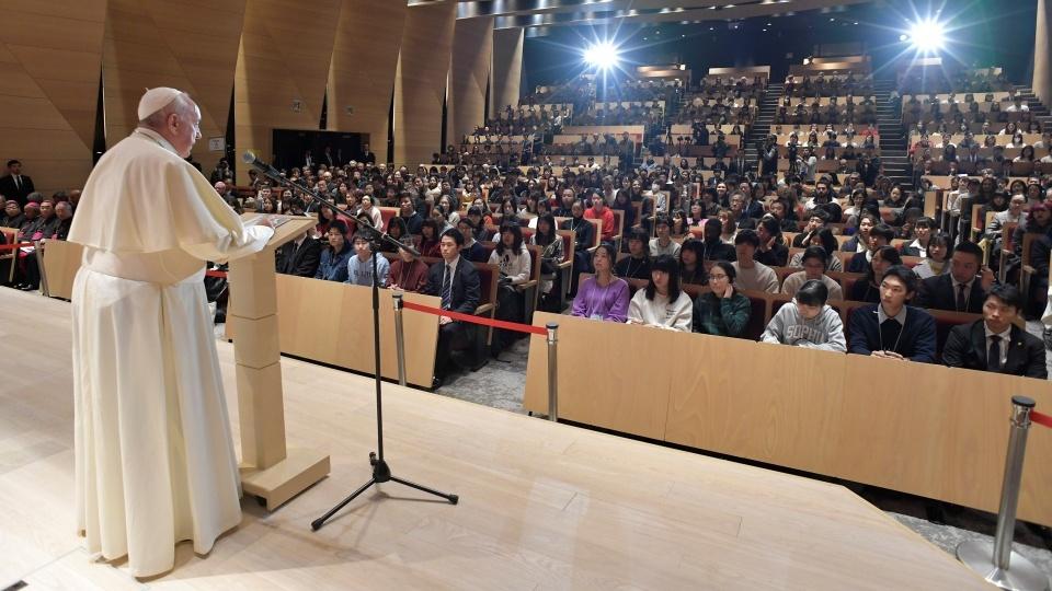 教宗方濟各前往東京上智大學會見全校師生