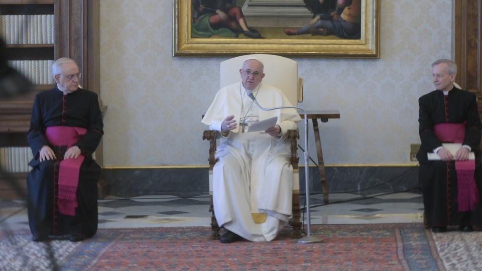 教宗公開接見:在家善度逾越節三日慶典,默觀十字架上的耶穌並誦讀《福音》