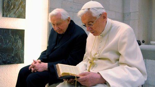 教宗方濟各為本篤十六世的兄長祈禱