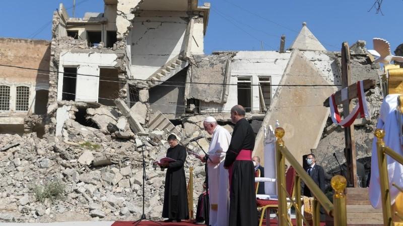 教宗在摩蘇爾的廢墟之間為伊拉克戰爭受害者祈禱
