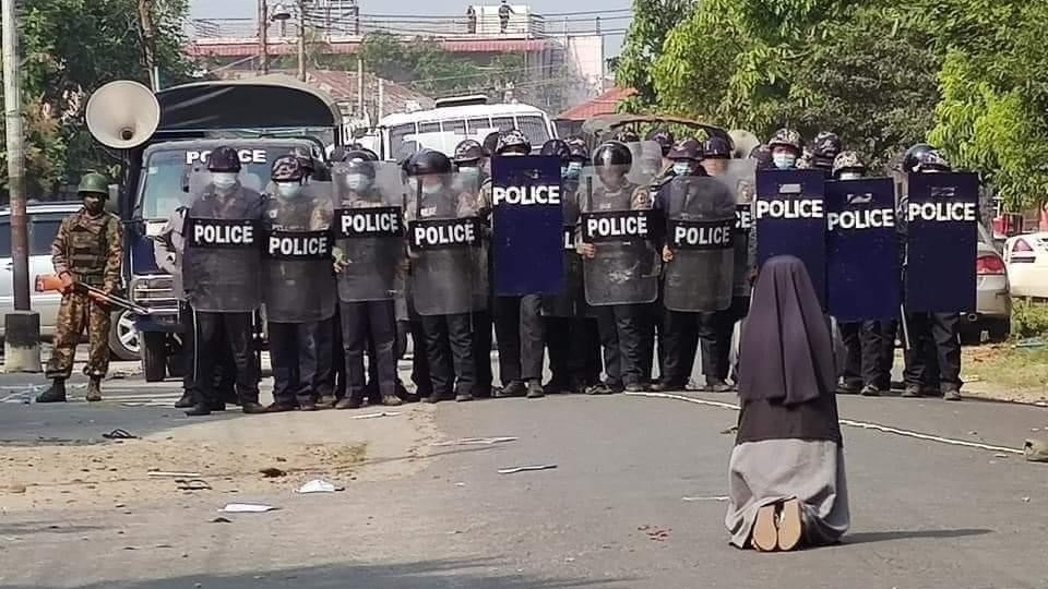 緬甸天主教修女跪求警方放過青年示威者