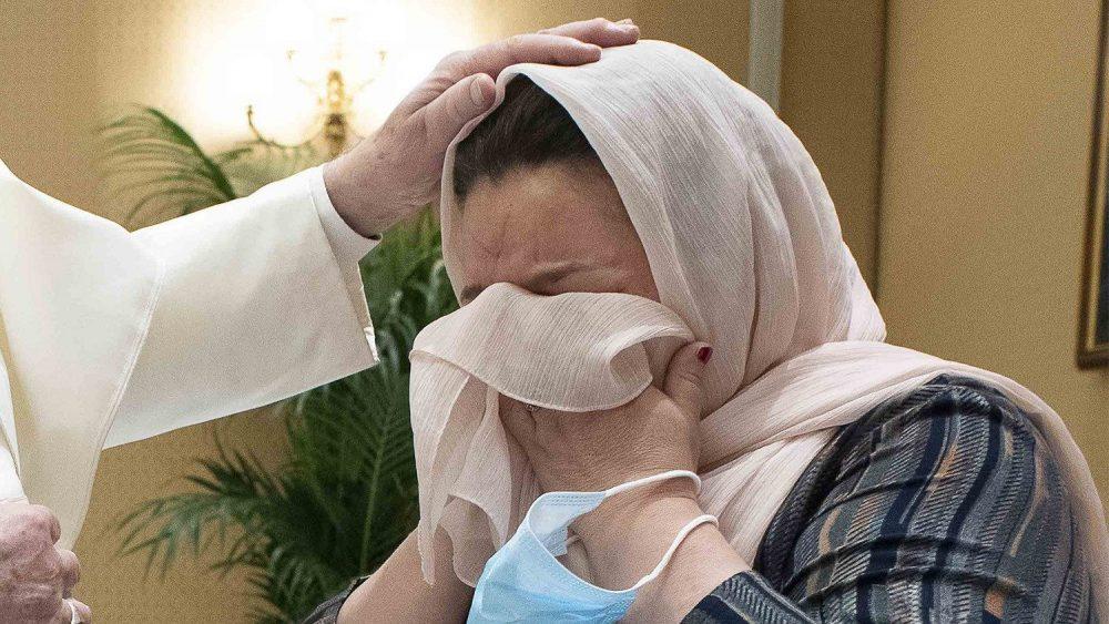 教宗擁抱逃離喀布爾的三個家庭